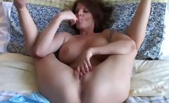Sexy MILF plays with her pretty pussy