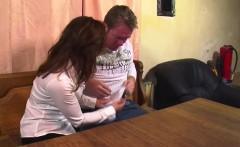 MILF Kellnerin hilft frustrierten Gast mit einem geilen Fick
