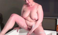Mature bitch masturbates quim in bathtub