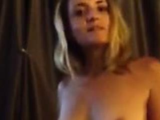 Nini fait son show sexy et nue