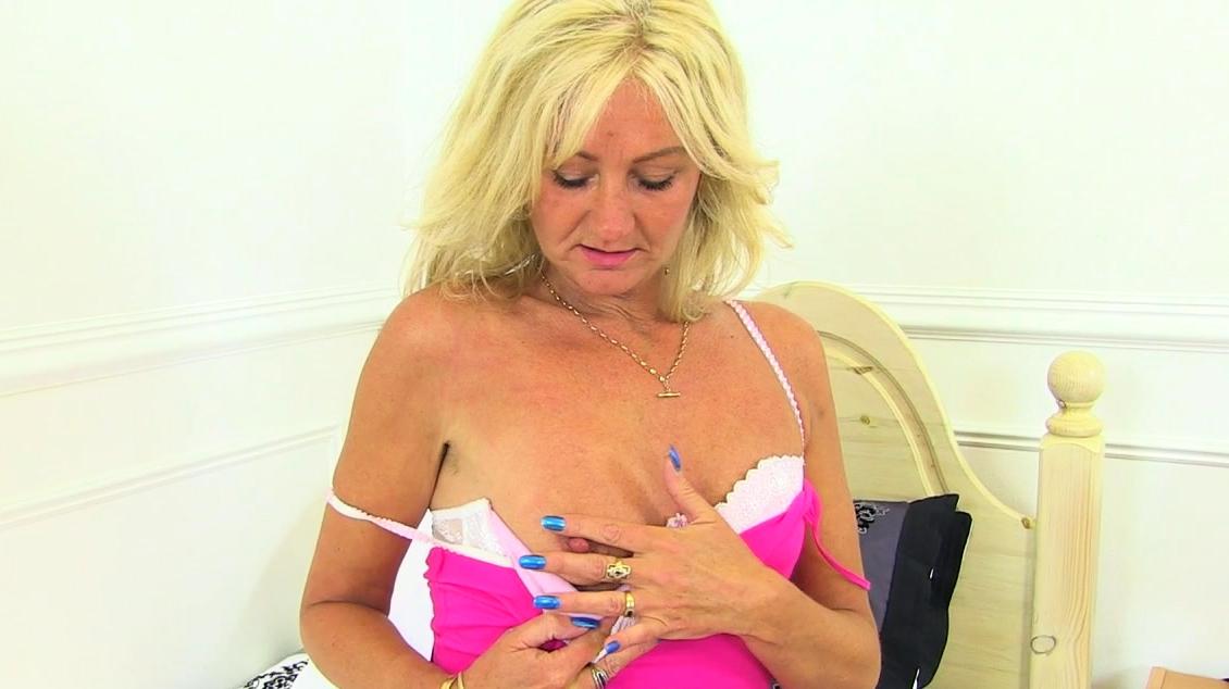 English Milf Ellen Fingers Her Wide Open Gash