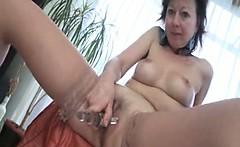 Sexy mature slut gets horny rubbing