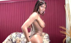 Beautiful black t-girl spanks and shakes up her lovely butt
