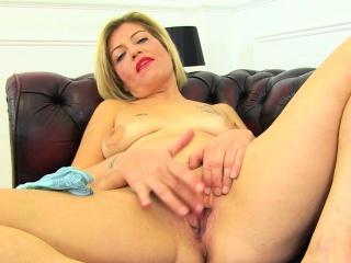 English milf Sarah Kelly fucks herself with a big dildo